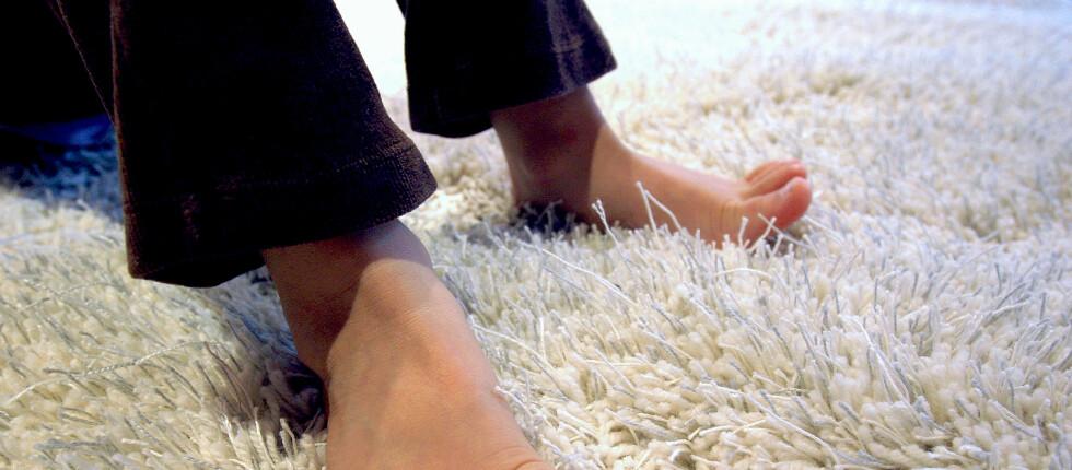 Tepper er varme og myke å gå på. I tillegg er de støydempende og lette å legge - og de binder svevestøv. Men det er også ulemper knyttet til tepper, som krever mer og hyppigere renhold enn de fleste andre gulvmaterialer. Foto: Informasjonskontoret for farge og interiør - www.ifi.no