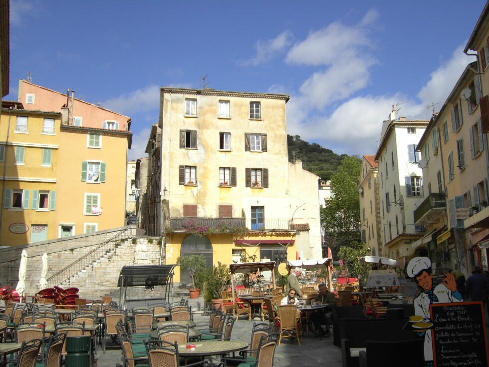 Hyères er en av byene som vår franske ekspert anbefaler på Côte d'Azur, i stedet for overfylte og dyre Nice. Bilde fra Massillon-torget. Foto: R.Schetter/ Terre Méditerranée