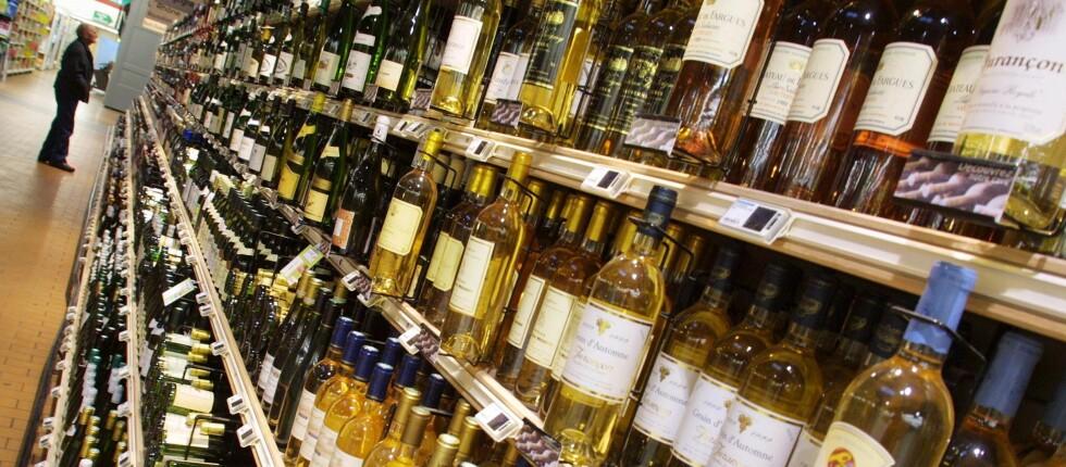 ALKOHOLFRI PÅSKEFERIE: Om du har tenkt til å nyte alkohol de neste dagene, bør du ikke vente for lenge med å gå i butikken eller på Vinmonopolet. Foto: Colourbox.com