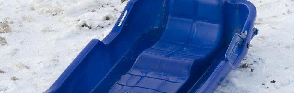 SUPER TRENING: Den beste treningen for lår og rumpe er å dra akebrett i oppoverbakke, ifølge treningseksperten. Og ungene elsker det! Foto: Colourbox.com