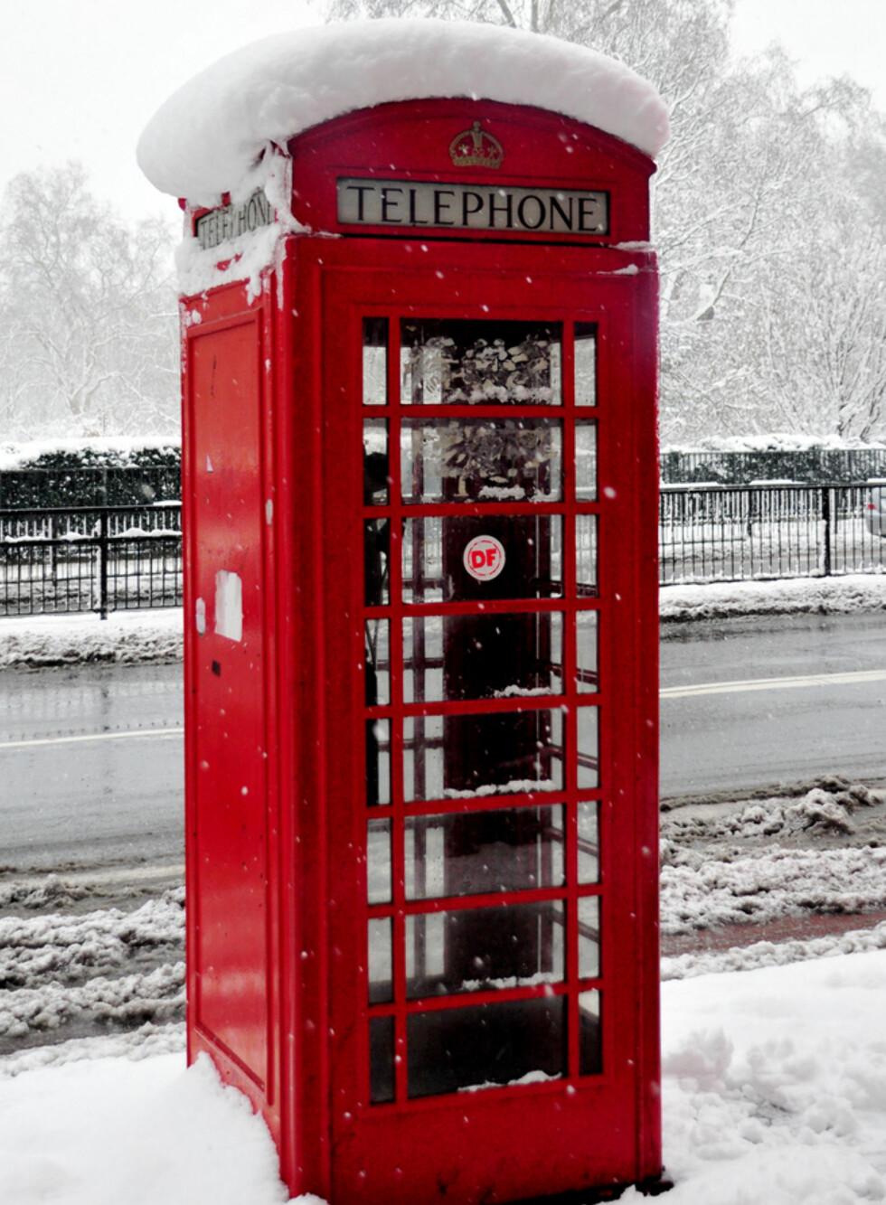 """Snø skaper store konstraster, og sterke farger som rødt fremstår enda tydeligere enn for andre årstider. (Foto: <a href=""""http://www.flickr.com/photos/vegaseddie/3248731742/"""">Red London Telephone Box</a> av <a href=""""http://www.flickr.com/people/vegaseddie/"""">Paolo Camera</a>, <a href=""""http://creativecommons.org/licenses/by/2.0/deed.en"""">Creative Commons)</a>"""