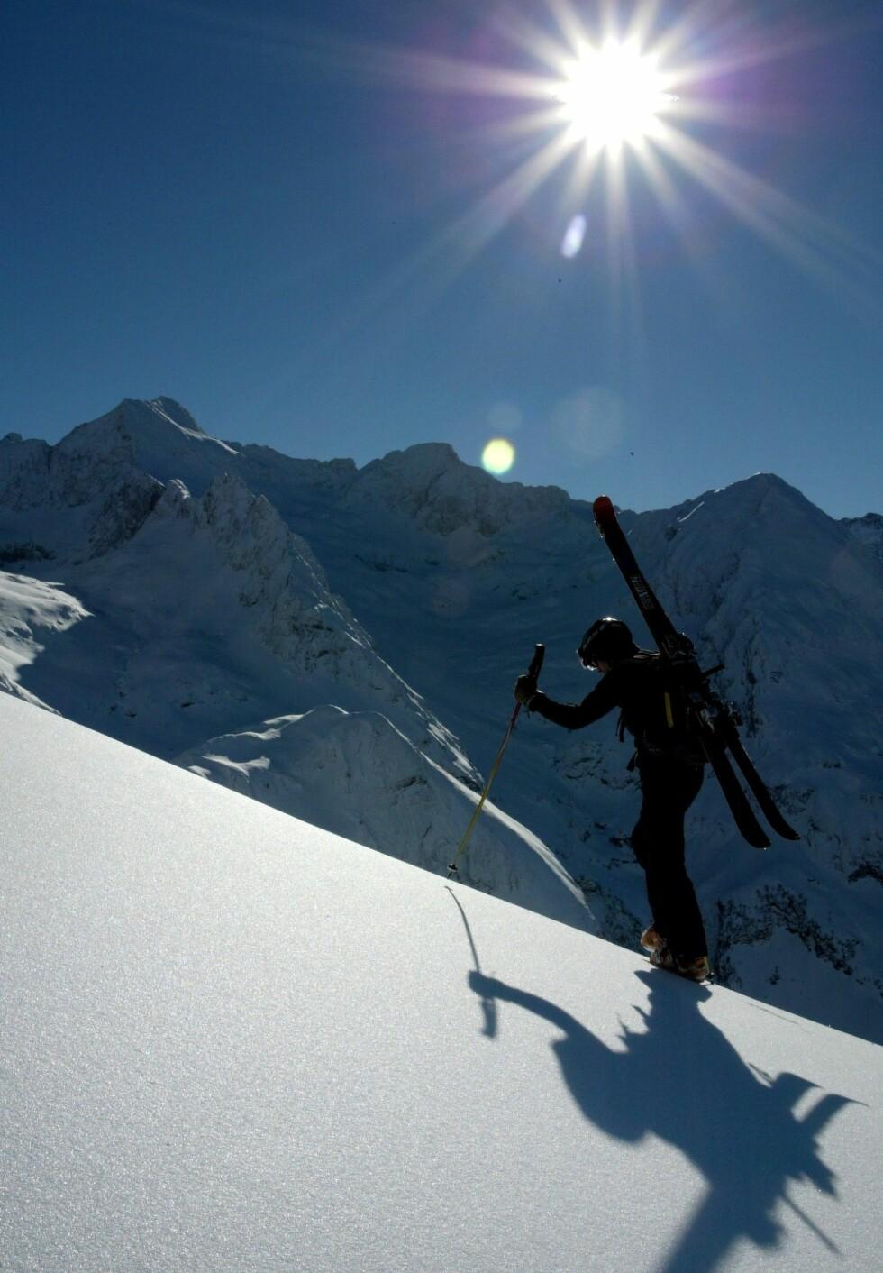 Motlys kan være ekstra pent på vinterstid. Med blits blir effekten av sola dempet, men skiløperen blir mer synlig. Foto: Colourbox.com