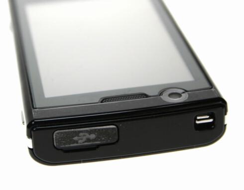 PÅ PLASS: Snart vil alle mobiltelefoner komme med micro-USB-plugg. Ladermarerittet er over.