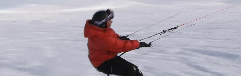 Lars Bull tester snøkiting. Foto: Ole Thomas Halvorsen