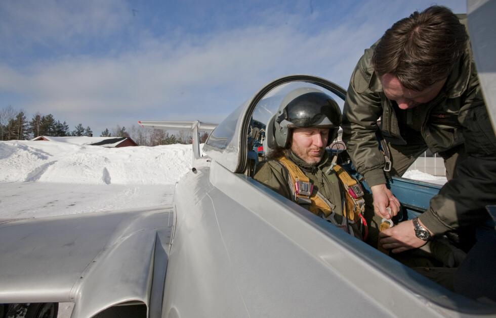 Det er mye som skal spennes fast og festes når man setter seg i et L-29, deriblant fallskjerm og diverse setebelter. Foto: Per Ervland