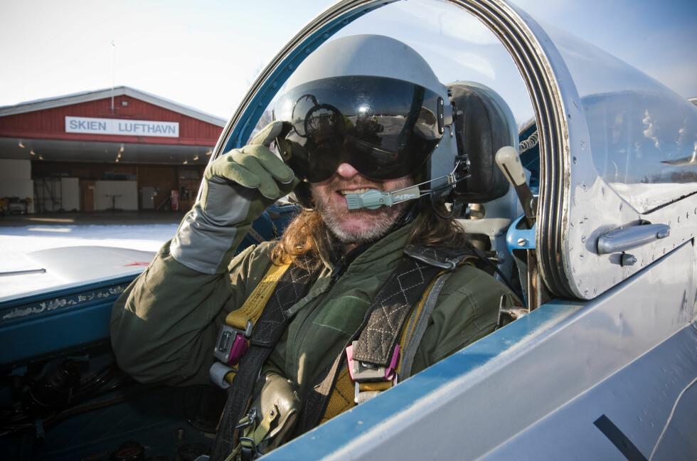 BESKYTTELSE: DinSides journalist med utstyret i orden før en flytur utenom det vanlige. Foto: Per Ervland