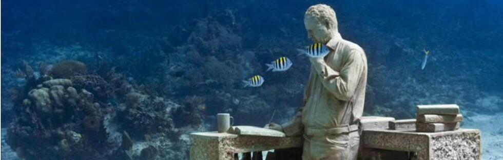 Finner han arbeidsro nede blant fiskene, tro? Foto: Jason de Caires Taylor