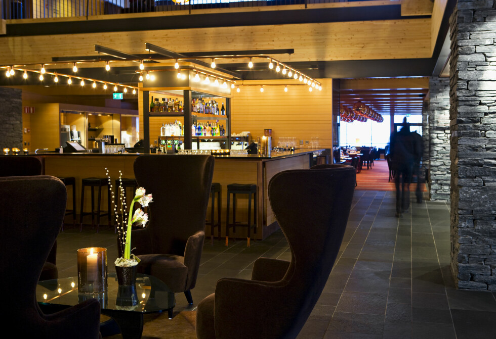 Fra Fireside Lounge Bar, som har en gigantisk skiferpeis. Foto: Copperhill Mountain Lodge