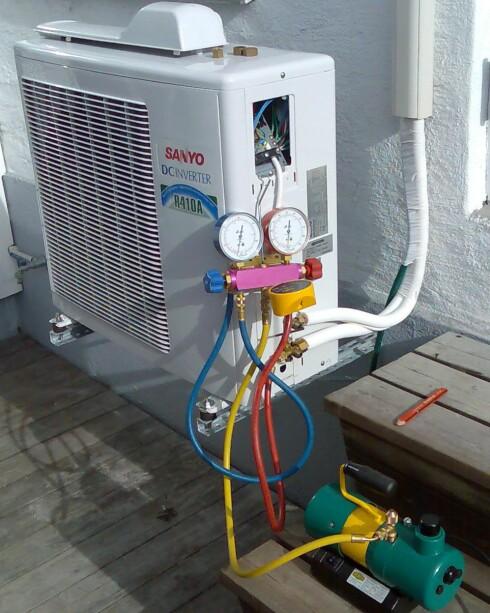 Nei, de bruker ikke støvsuger. Slik ser det ut når varmepumpen vakuumeres. Foto: Norsk Varmepumpeforening