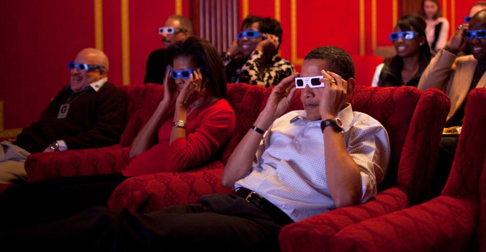 Vi får ikke håpe at Barack og Michelle ble kvalme etter å ha sett Super Bowl i 3D. Foto: Pete Souza/White House