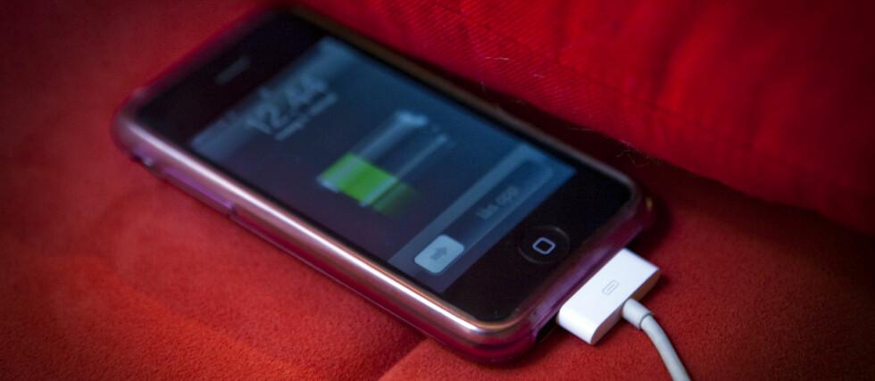 - I likhet med andre elektriske produkter som er koblet til en strømkilde kan mobiltelefonen være en potensiell brannkilde, hvis den blir varm nok, sier Norsk Brannvernforening. Foto: Per Ervland