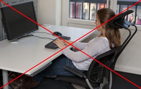 IKKE SLIK HELLER: Denne sittestillingen er altfor bakoverlent.