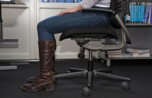 SITTEHØYDE: Den beste sittehøyden oppnår du når føttene (skosålene) har god kontakt med gulvet, samtidig som det er en svak helling fra hoften ned mot kneet. Legg også merke til avstanden mellom bakre del av legg og fremre del av sitteputen. Denne bør minimum være 4 centimeter.