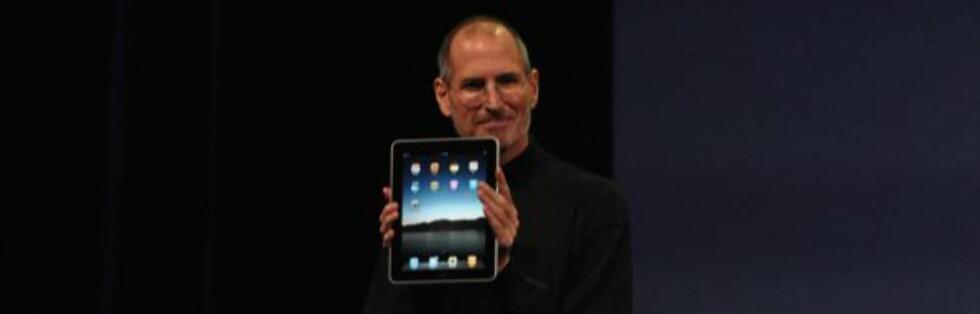 Apple-sjef viser fornøyd frem selskapets nysatsning iPad under produktlanseringen i San Fransisco. Foto: Engadget, gjengitt med tillatelse