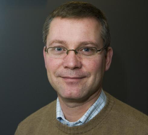 Stig A. Schibbye har testet refleksvestene. Han driver med blant annet sertifisering av refleksprodukter i firmaet Reflexconsult. Foto: Per Ervland