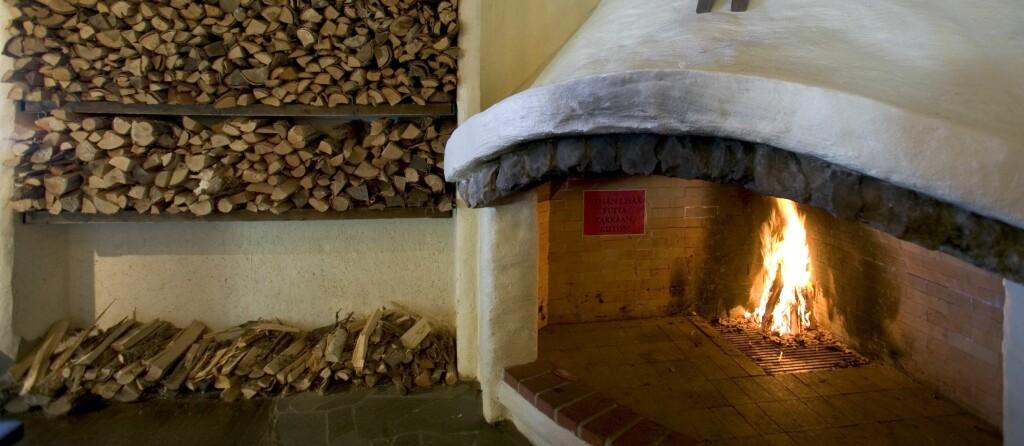 Åpne ildsteder er langt mindre effektive enn moderne rentbrennende ovner. Fyrer du sunt og effektivt? Foto: colourbox.com