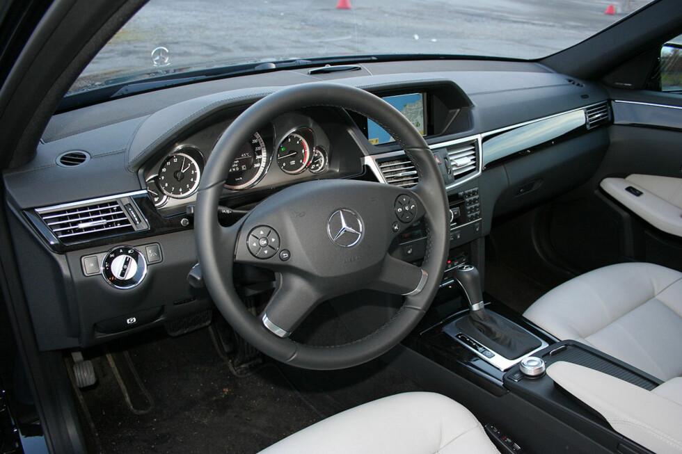 Klassisk, solid, oversiktlig: Typisk Mercedes-interiør. Plundrete vindusvisker-betjening og fotbrekk. Foto: Knut Moberg