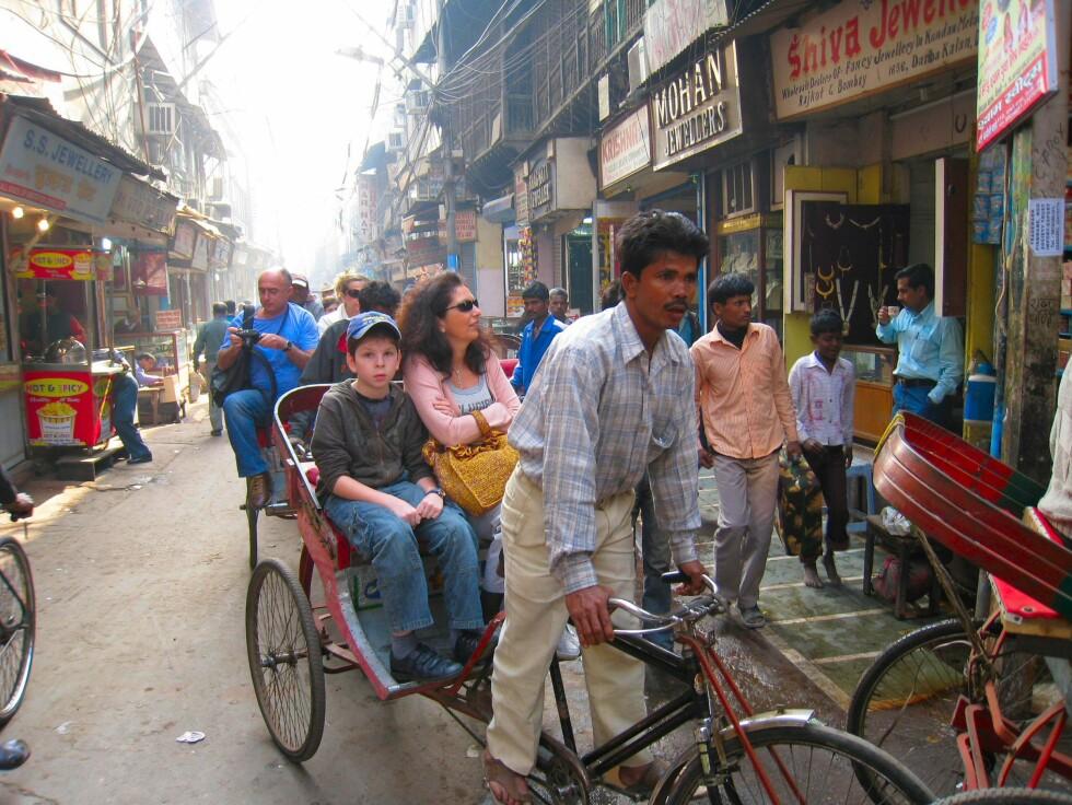 Bybildet i Delhi er et litt annet enn i norske byer... Her fra Ols Delhi, hvor en rickshawtur gjennom smale smug i et mylder av mennesker anbefales! Foto: Stine Okkelmo
