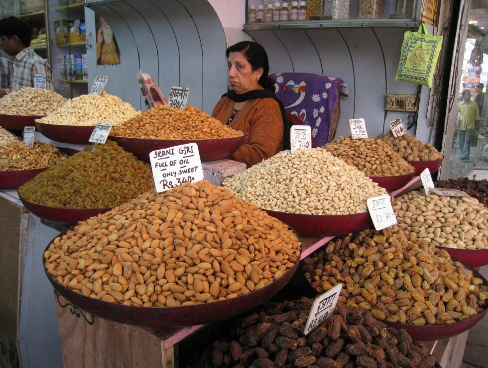 Kryddermarkedet i Old Delhi er en reise i lukt og smak. Er det et indisk rognebær salgskona har spist, kanskje? Foto: Stine Okkelmo
