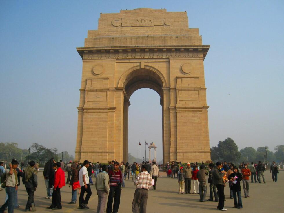 India Gate sto ferdig i 1931 til minne om alle soldatene som døde i 1. verdenskrig og den tredje afghanerkrigen. Den 42 meter høye porten er en stor turistattraksjon i New Delhi. Foto: Stine Okkelmo