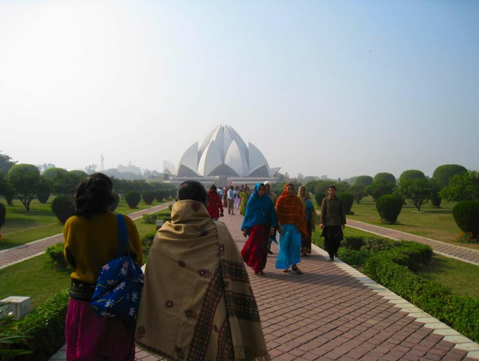 Lotustempelet er et tempel for alle religioner. Det flotte bygget sto ferdig i 1986.  Foto: Stine Okkelmo