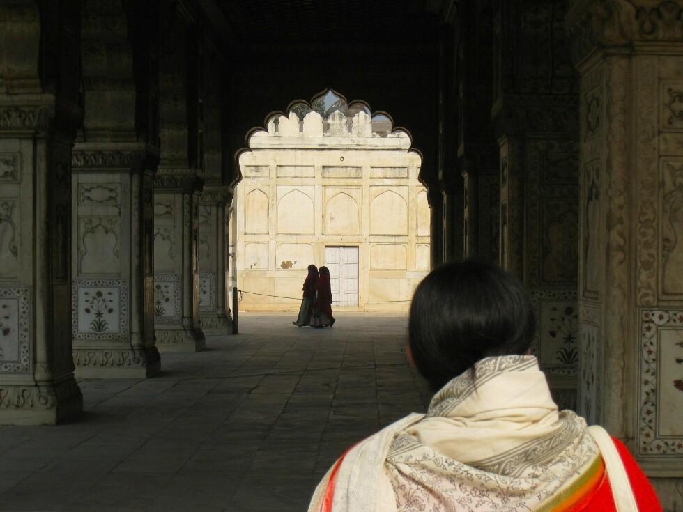 Inne i fortet står det flere vakre bygninger utsmykket slik bare indiske bygg kan være. Merk den vakre buegangen. Foto: Stine Okkelmo