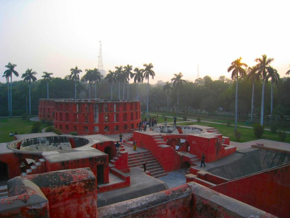 Jantar Mantar er astronomiske observatorier bygget i 1725. De ligger midt i sentrum av New Delhi. Få dem med deg i solnedgangen! Foto: Stine Okkelmo