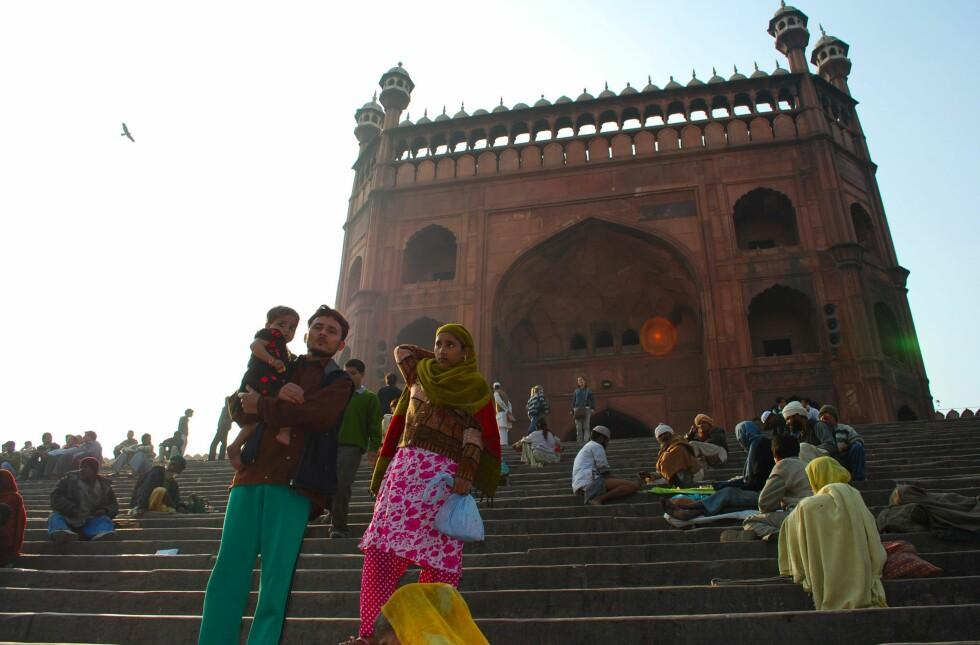 Den muslimske moskeen Jama Masjid er Asias største. Her fra trappen opp til inngangsporten. I trappen sitter funksjonshemmede og tigger. Det er god skikk å gi penger til dem, da India ikke har noe velferdssystem. Foto: Thomas Helseth Aastad