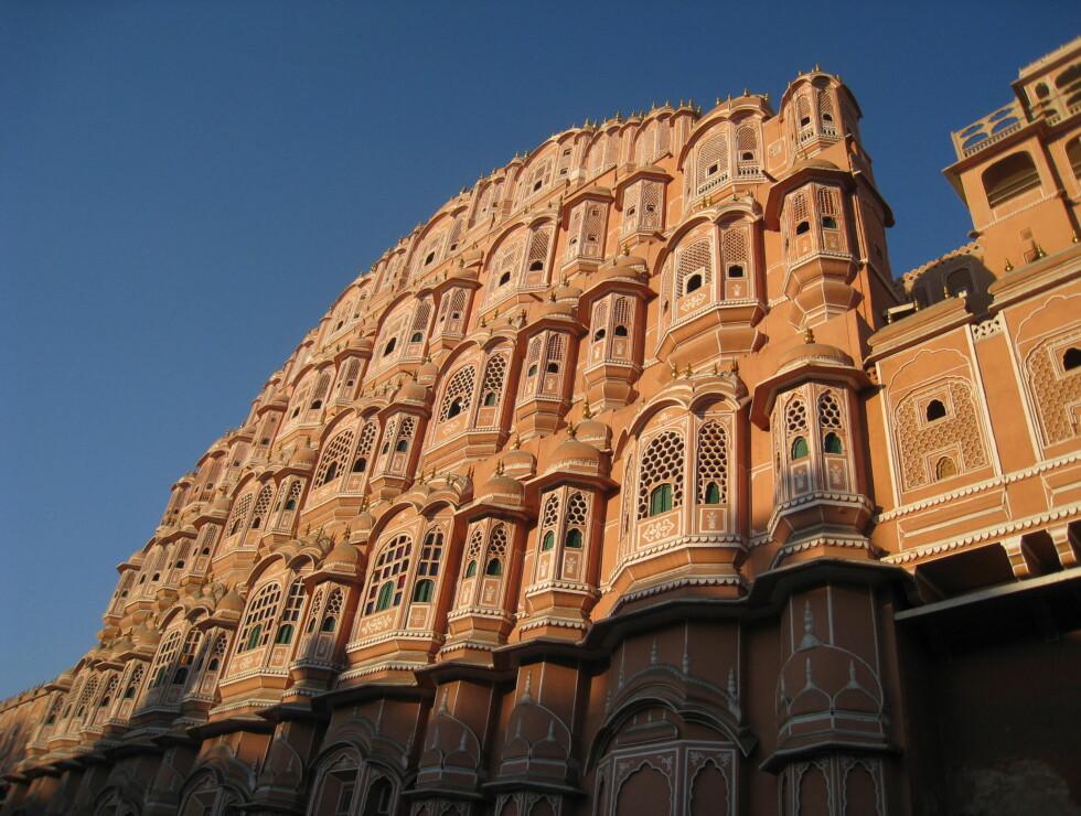 Her ser du hvorfor Jaipur kalles den rosa byen - dette er Hawa Mahal, vindenes palass. Jaipur er en av Indias vakreste byer, og hovedstaden i Rajasthan. Foto: Stine Okkelmo