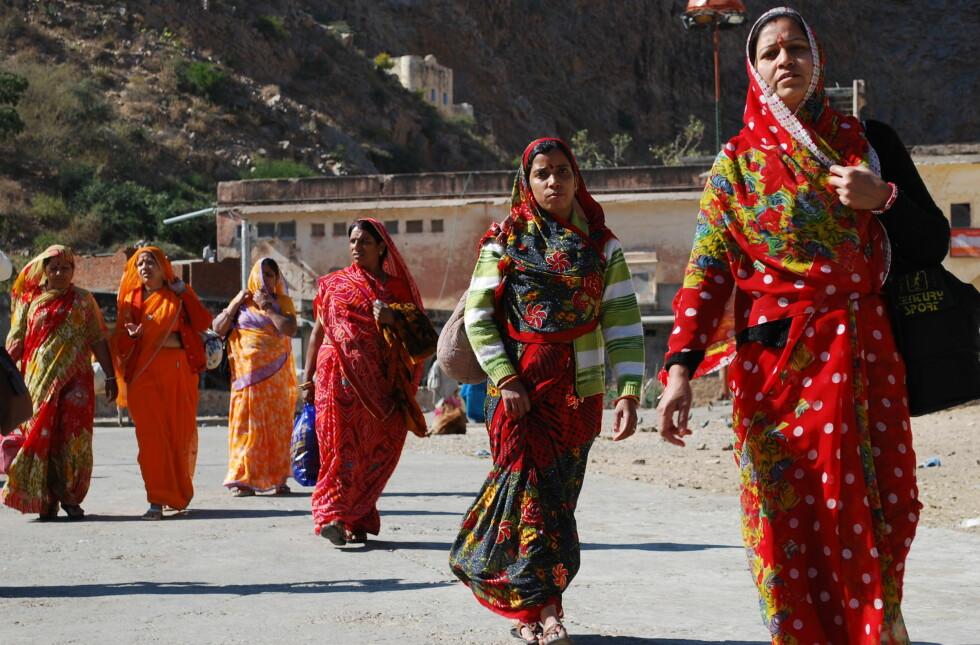 Vakre sarier som indiske damer bærer med stolthet. De er med på å gjøre India til et fargesprakende land. Foto: Thomas Helseth Aastad