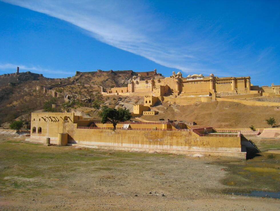 Amer (eller Amber) fort ligger på en høyde litt utenfor det som i dag er sentrum av Jaipur. Fortet ble bygget på slutten av 1500-tallet. Den unike miksen av muslimsk og hindusitisk byggskikk gjør et besøk hit til et must. Foto: Stine Okkelmo