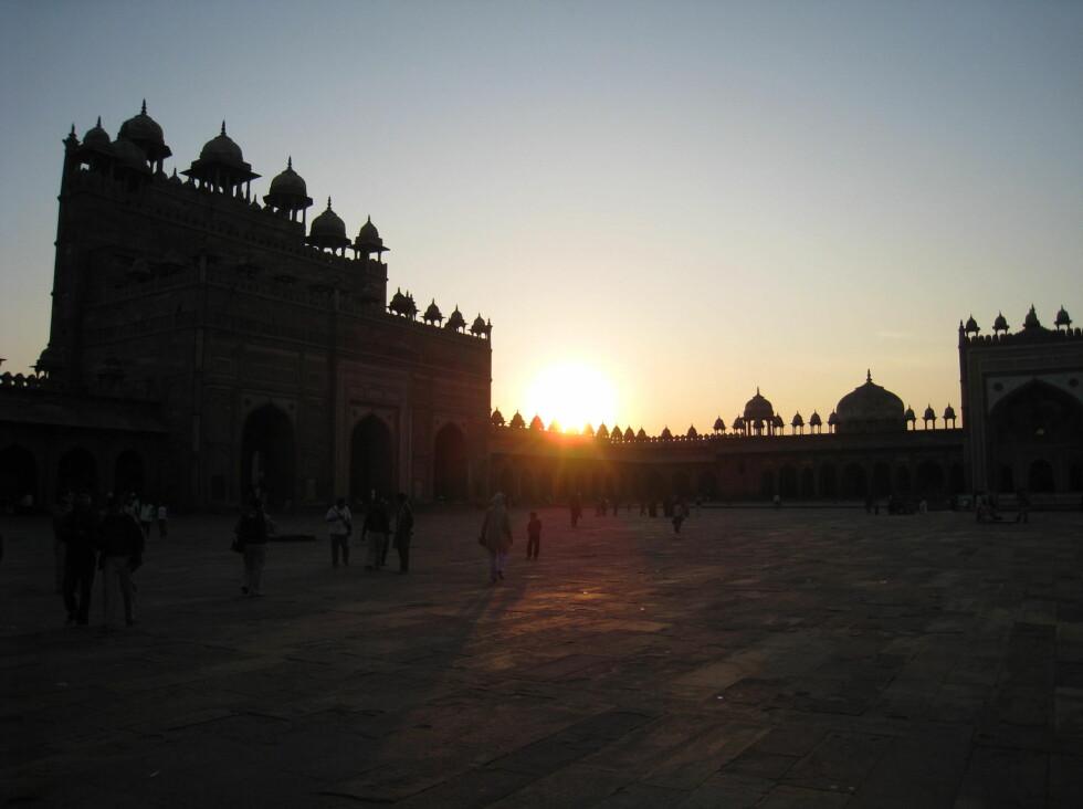 Fatepur Sikri i solnedgang. Moskeen ligger litt utenfor Agra. Mughal Akbar fikk bygget fortet og moskeen siste halvdel av 1500-tallet, og gjorde det til et politisk sentrum fra 1571 til 1585, da det ble forlatt, sannsynligvis på grunn av vannmangel. Komplekset står på Unescos verdensarvliste. Foto: Stine Okkelmo