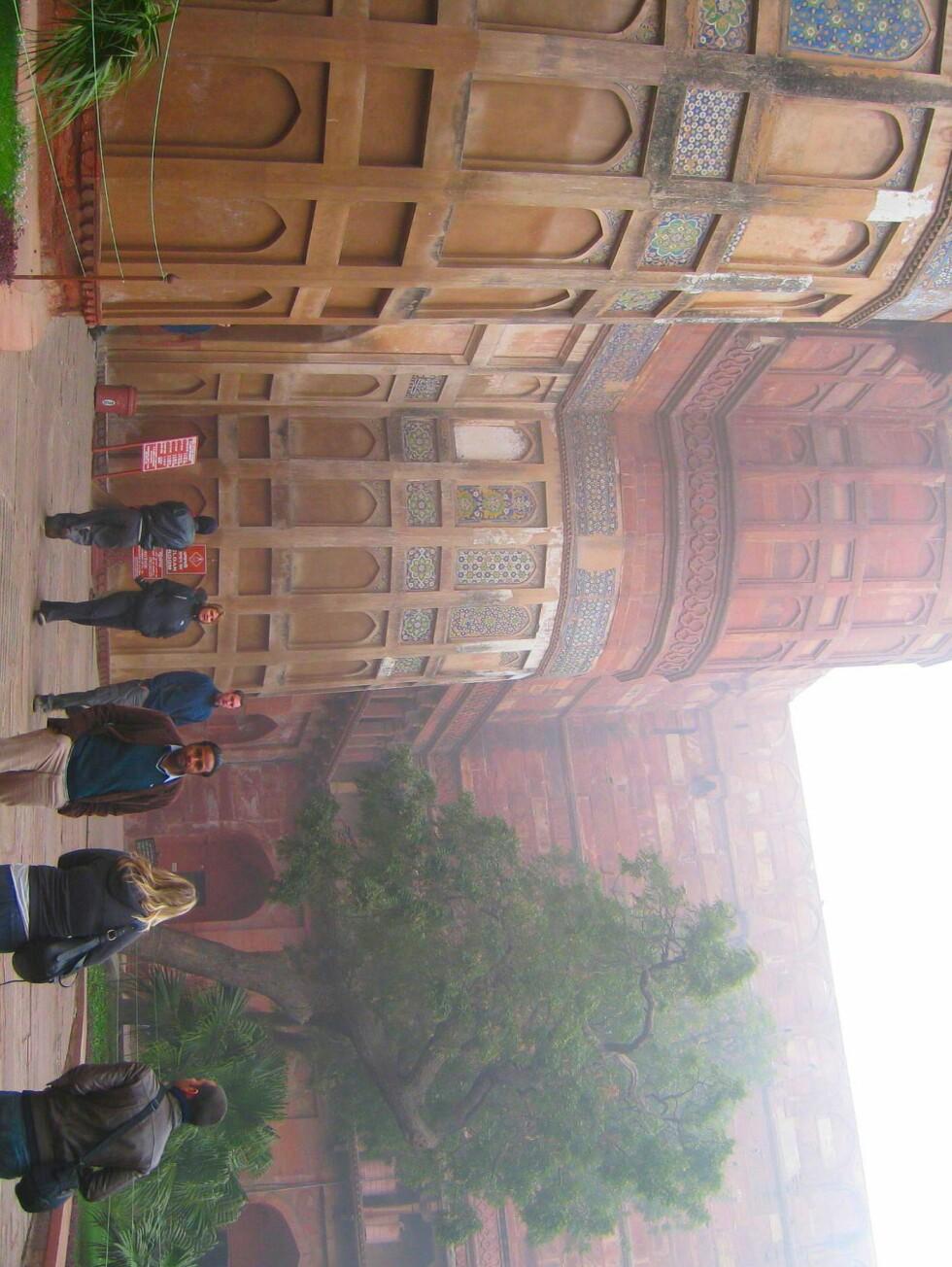 På vei inn i Agra Fort en kald og tåkete vintermorgen. Herfra regjerte mughalene Babur, Humayun, Akbar, Jehangir, Shah Jahan og Aurangzeb over hele landet. Fortet står på Unescos verdensarvliste. Foto: Stine Okkelmo