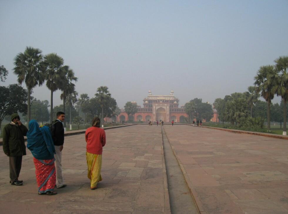 Mausoleet til Akbar den store ligger i Sikandra, en forstad til Agra. Det vakre anlegget sto ferdig i 1613. Foto: Stine Okkelmo