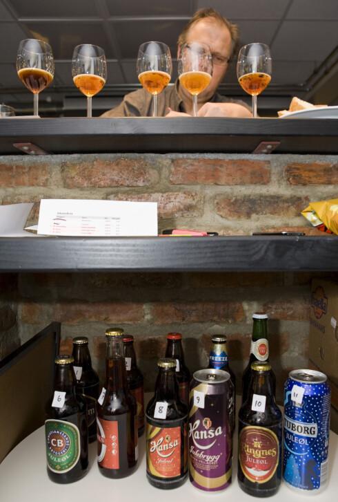 GOD KOMBINASJON: Hylje Mortensen fra Norøl har skrevet bøker om øl og vin. Han sier det er ofte enklere å kombinere øl og mat enn vin og mat. På dette bildet blindtester han juleøl for DinSide. Foto: Per Ervland