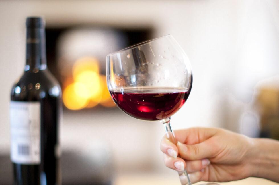 DEILIGE DRÅPER: Det finnes rødvin, hvitvin, champagne og juleøl som passer fint til julematen. Foto: COLOURBOX