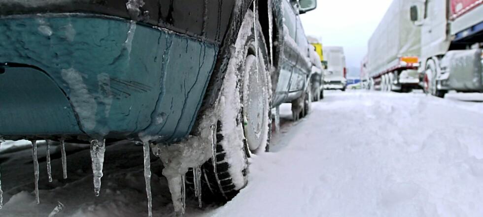 HOLDER DU TRYKKET? Kald luft tar mindre plass enn varm, men det er ikke den eneste grunnen til at vinterdekkene trenger høyere trykk enn sommerdekk. Foto: Colourbox.com