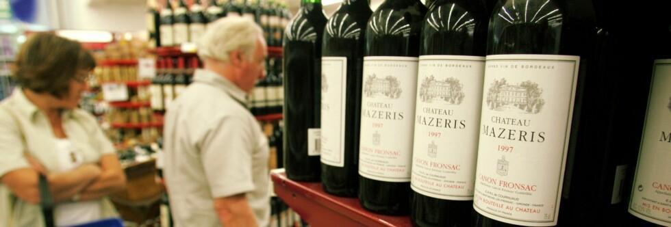 Mange, særlig de over 60 år, passer på å få med seg noen vinflasker hjem. Foto: Colourbox