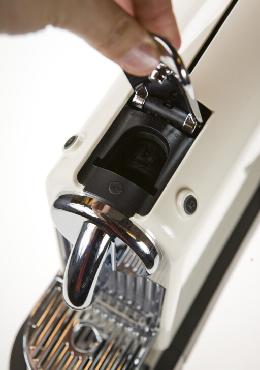 Nespresso-maskinene er også enkle, og intuitive i bruk. Det er ikke mulig å være i tvil om hvilken vei kapselen skal settes inn.  Foto: Per Ervland