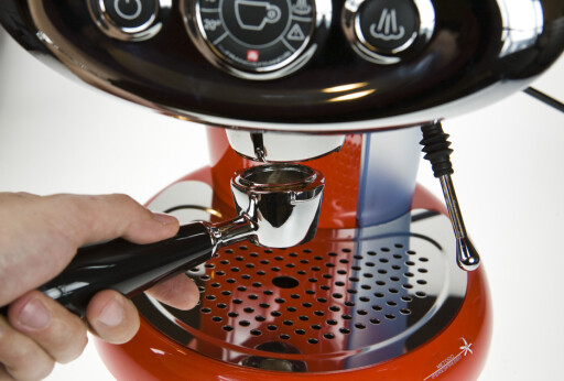 I Illys Francis X7-maskin legger du kapselen i bajonetthodet, slik som med ordinære espressomaskiner.  Foto: Per Ervland