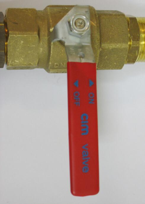 Det finnes flere ulike varianter av stoppekraner. Eldre utgaver stenges som regel ved hjelp av et skruhåndtak, mens mer moderne utgaver som denne stenges ved å vippe spaken slik at den står vinkelrett på vannrøret. Foto: Newswire