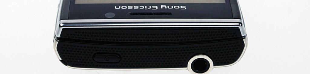 RIKTIG PLUGG: Xperia X2 har heldigvis minijackplugg til hode- og øretelefoner.