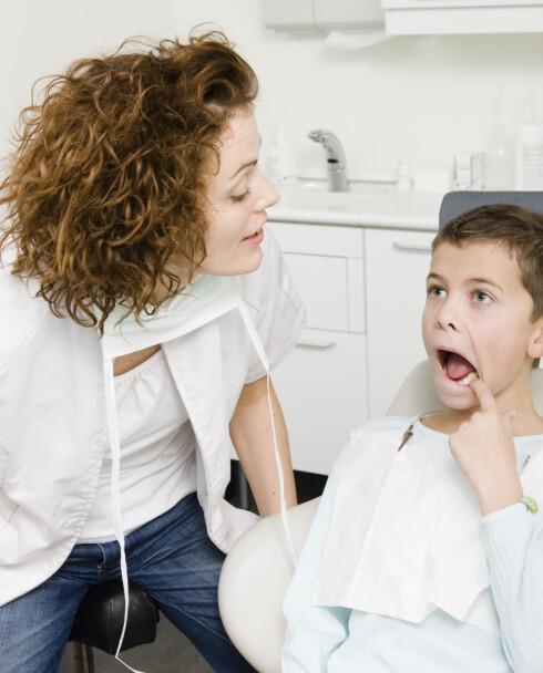 Det kan ofte virke sånn, men barn er faktisk ikke mer disponert enn voksne for å få hull i tennene. Foto: colourbox.com