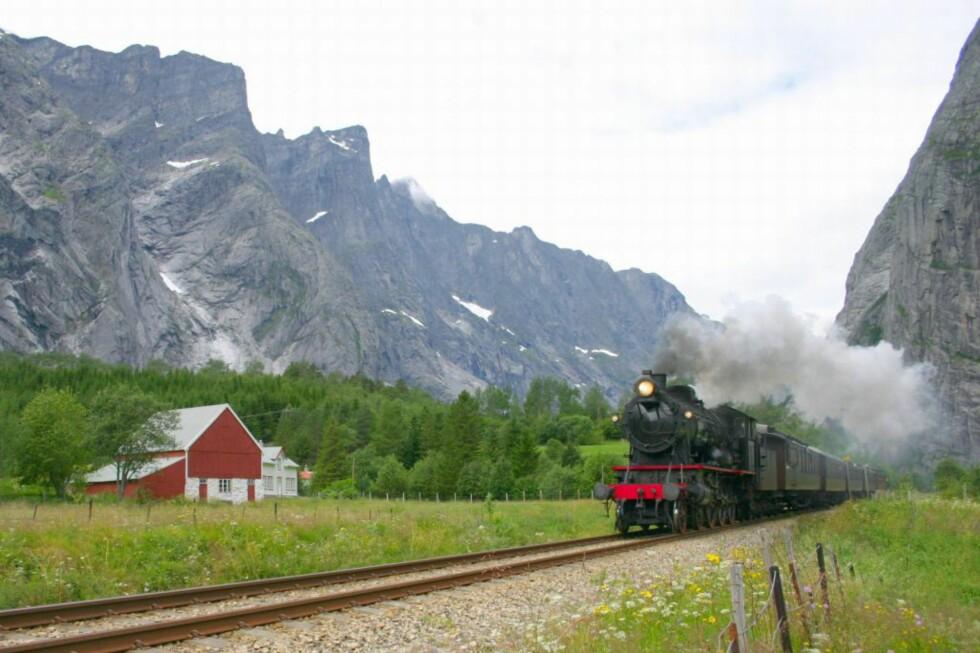 Tøffet av gårde:  Jobbet bestefar på jernbanen, kan det hende du har rett til billig bilforsikring. Foto: Leif Johnny Olestad