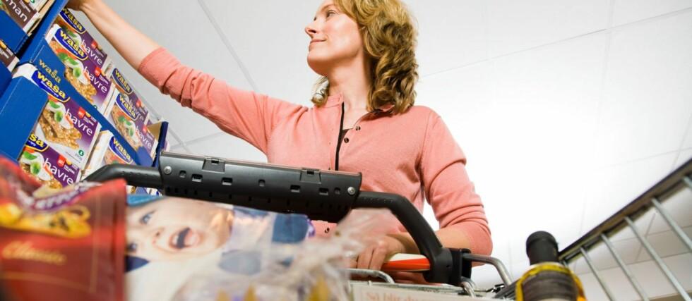 SUNNESTE HANDLEKURV: Kurven med Nøkkelhullsmerket mat inneholdt halvparten så mye sukker, fett og mettet fett enn kurven med vanlige matvarer. Foto: Helsedirektoratet, Wenche Hoel-Knai
