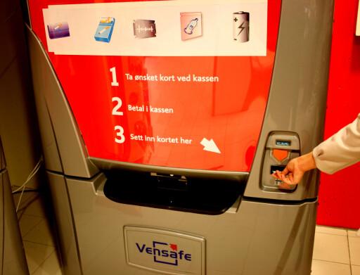 Denne automaten får være som den er, men klistremerkene med symboler blir erstattet med tekst, ifølge leverandøren Vensafe. Foto: Kenneth Larsen