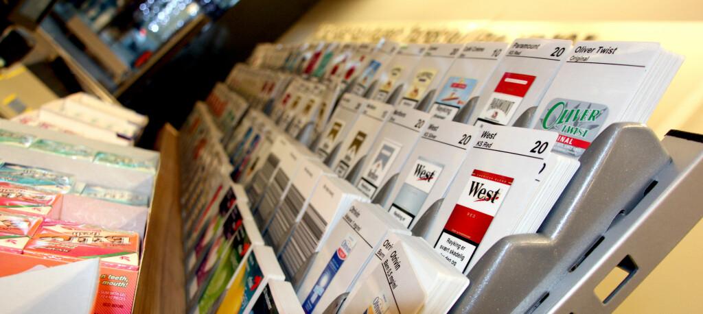 <b>SÅ LENGE INGEN SER DET:</b> Tobakksvarer blir ikke forbudt, men fra nyttår må de være HELT usynlige i butikken. Foto: Kim Jansson