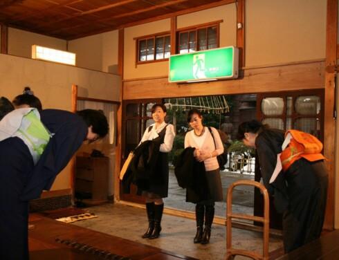Bukke og skrape:  Nordmenn ville synes en slik underkastende høflighet ville vært uverdig. Men i Japan er det en vanlig omgangsform. Foto: © JNTO