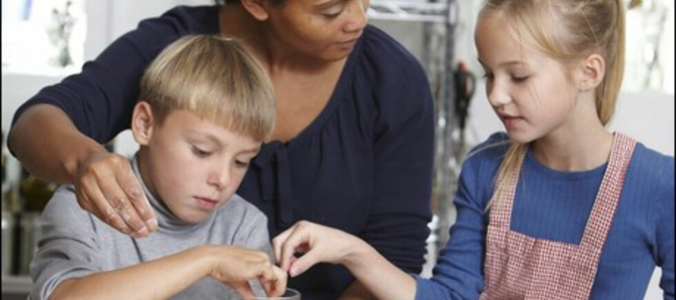 O, JUL MED DIN GLEDE?: Husk på riktig arbeidsstilling når du baker. Og la barna hjelpe til! Foto: Colourbox.com