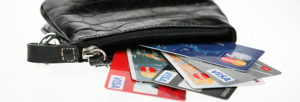 INGEN AV DISSE: Norges billigste kredittkort finner du ikke i denne bunken. Foto: Per Ervland
